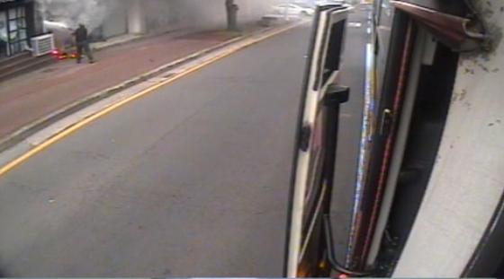 운행 중이던 버스에서 내려 제주시내 상가에 발생한 불을 끄는 제주여객 기사 김상남씨 모습. 사진 제주여객·제주도경찰청