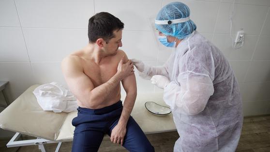 볼로디미르 젤렌스키 우크라이나 대통령이 2일(현지사간) 전선을 방문해 코로나19 백신을 접종받고 있다. [트위터 캡처]