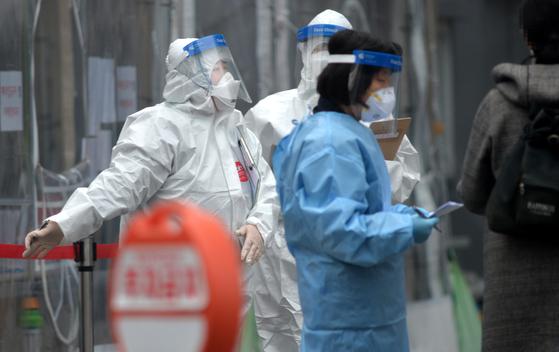 대전 서구보건소 코로나19 선별진료소에서 의료진들이 방문한 시민들을 분주히 검사하고 있다. [프리랜서 김성태]