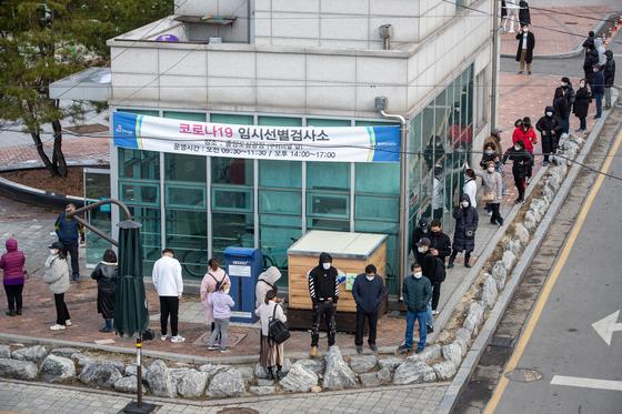 2일 경기 동두천시 내 중앙도심공원 임시선별검사소를 찾은 내외국인 주민들이 코로나19 검사를 기다리고 있다. 뉴스1