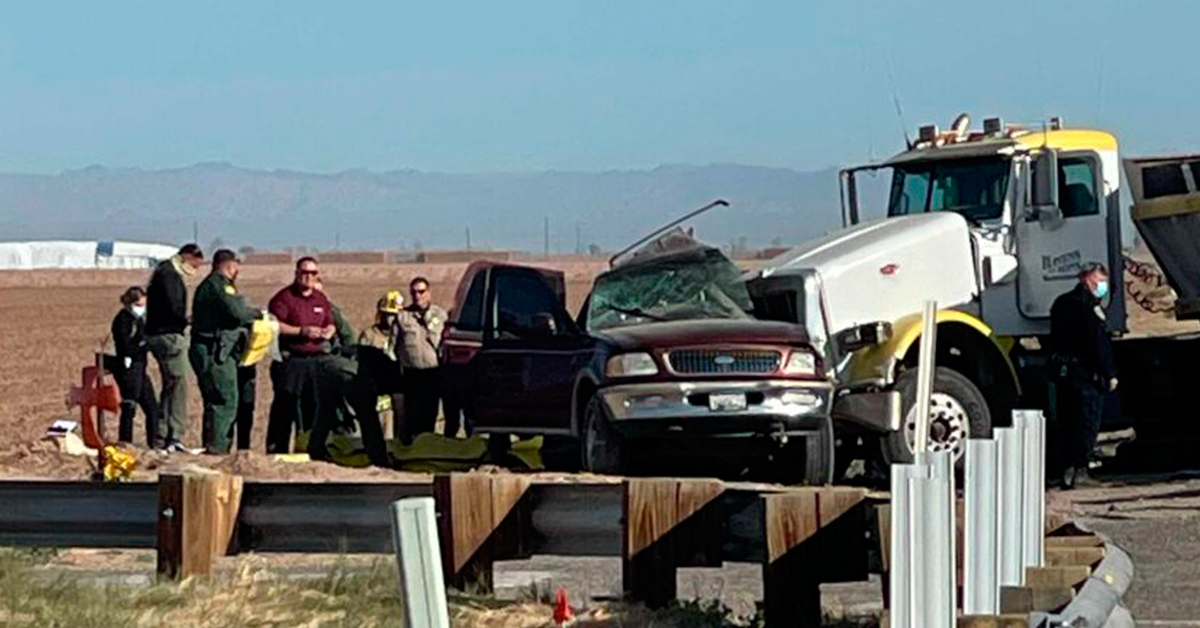 2일(현지시간) 오전 캘리포니아주 남부 임페리얼 카운티에서 27명을 태운 스포츠유틸리티차(SUV)와 자갈을 실은 대형 트럭이 충돌했다. AP/KYMA=연합뉴스