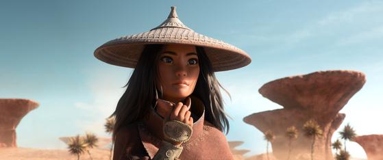동남아시아 문화에 바탕을 둔 '라야와 마지막 드래곤'에서 스투파(탑)를 연상시키는 모자를 쓴 주인공 라야. [사진 월트디즈니컴퍼니 코리아]