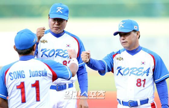 이정훈(오른쪽) 코치가 두산 퓨처스 팀 타격 코치로 부임했다. IS포토