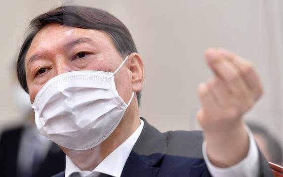 윤석열 검찰총장이 국정감사에 출석해 의원 질의에 답변하고 있다. 오종택 기자
