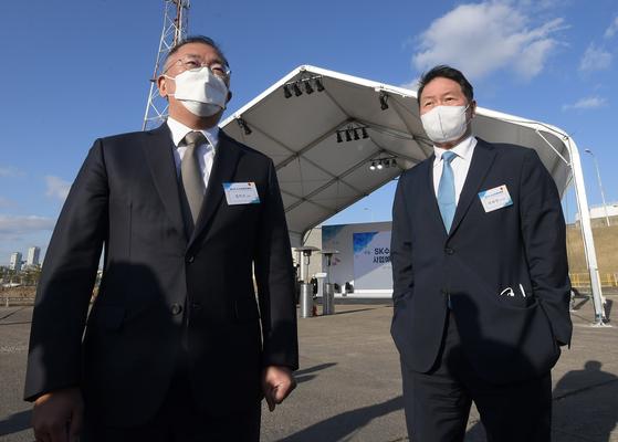 정의선(왼쪽) 현대차그룹 회장과 최태원 SK그룹 회장이 2일 오후 SK인천석유화학단지의 액화수소사업 예정지를 함께 둘러보고 있다. [뉴시스]