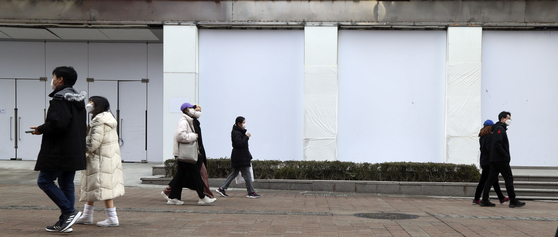 폐점한 서울 명동의 한 점포에 31일 하얀색 시트지가 붙어 있다. 코로나19 장기화로 지난해 하반기 명동 상가 공실률은 21%로 서울 6대 상권 중 가장 높은 것으로 나타났다. 김성룡 기자