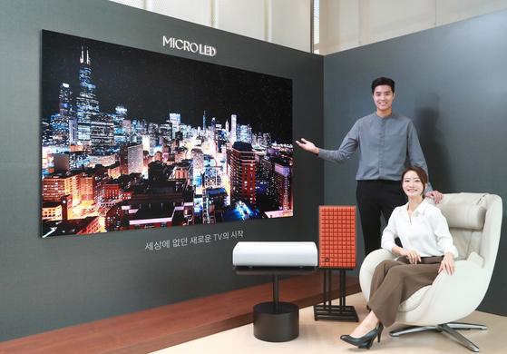 삼성전자 모델들이 서울 논현동 디지털프라자 강남본점에서 '마이크로 LED' TV를 소개하고 있다. 삼성전자 제공