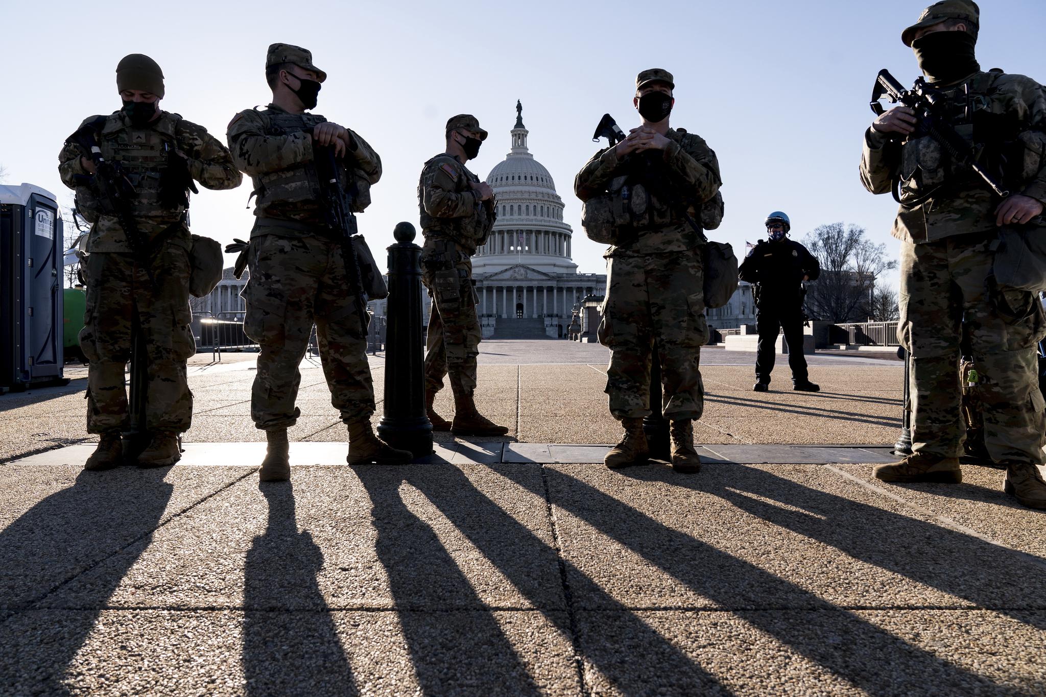 미 연방의사당을 경비하는 미시간주 방위군과 의회경찰이 3일(현지시간) 강화된 경계지침에 따라 의사당 주변을 지키고 있다. 의회경찰은 최근 민병대의 의사당 침입에 대한 정보를 입수했다고 밝혔다. AP=연합뉴스
