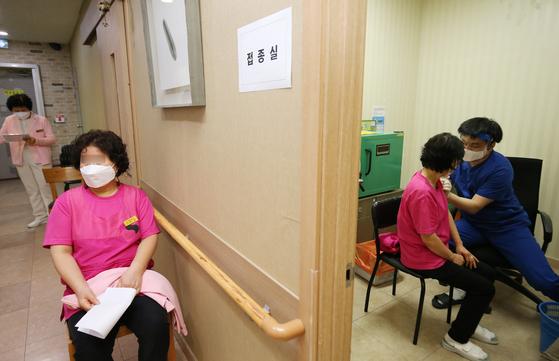 지난 2일 대전 서구 요양병원에서 요양보호사들이 코로나19 아스트라제네카 백신을 접종받고 있다. 뉴스1