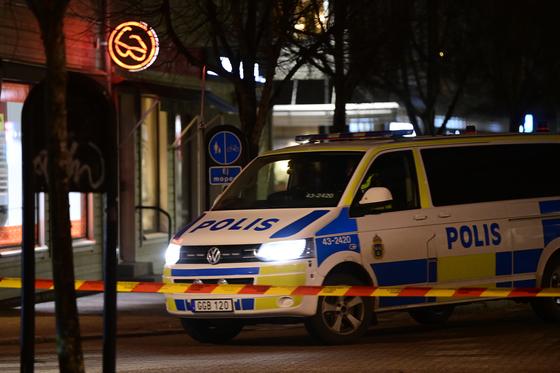 3일(현지시간) 스웨덴 베틀란다 사건 현장에서 경찰차가 주차돼 있다. EPA=연합뉴스