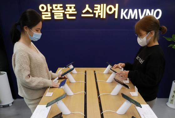 서울 서대문구 서대문역에 위치한 알뜰폰 스퀘어에서 직원들이 핸드폰을 소독하고 있다. 뉴스1