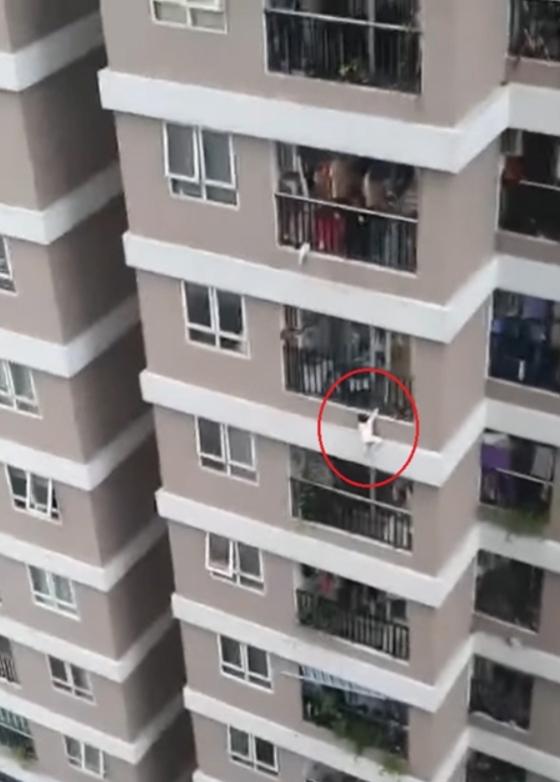 지난달 28일 베트남 하노이의 한 건물에서 2세 아이가 추락하는 사고가 있었다. 다행히 근처에 있던 배달기사가 아이를 받아내 생명을 구했다. [트위터]