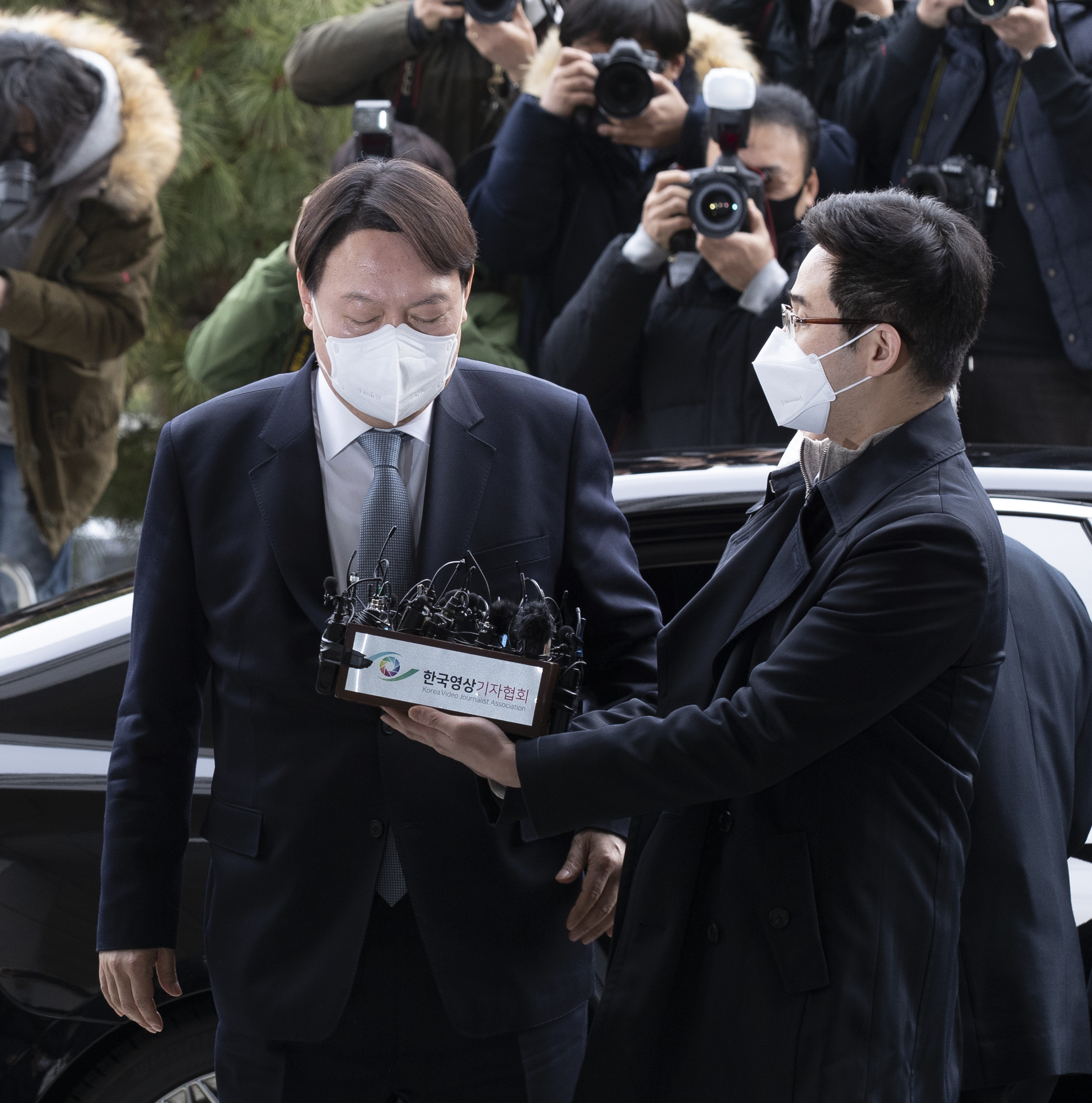 윤석열 검찰총장이 4일 오후 서울 서초동 대검찰청에서 입장을 밝히기 전 잠시 눈을 감고 있다. 임현동 기자