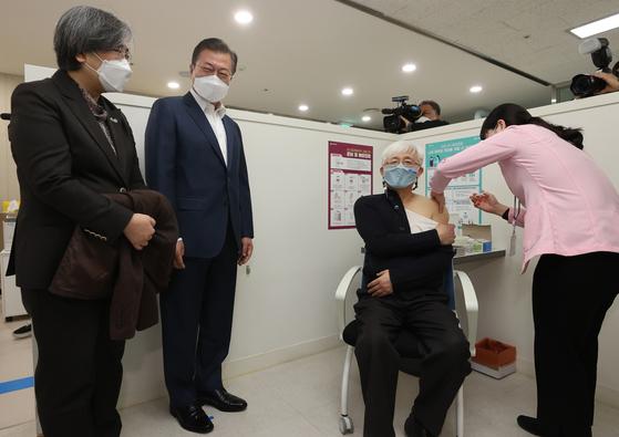 문재인 대통령이 지난달 26일 서울 마포구보건소를 방문, 재활시설 종사자인 김윤태 의사(푸르메 넥슨어린이 재활병원)가 아스트라제네카(AZ) 백신을 접종받는 모습을 지켜보고 있다. 청와대사진기자단