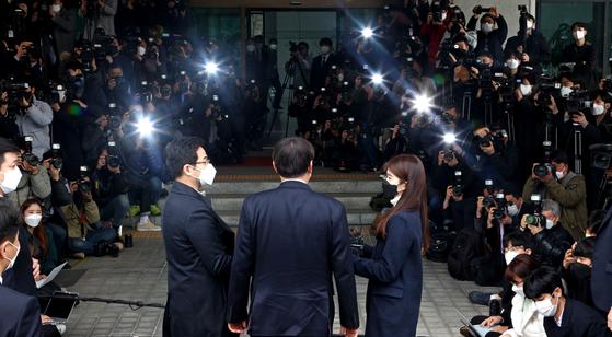 윤석열 검찰총장이 4일 오후 서울 서초구 대검찰청에 도착해 사퇴 입장을 밝히고 있다. 연합뉴스