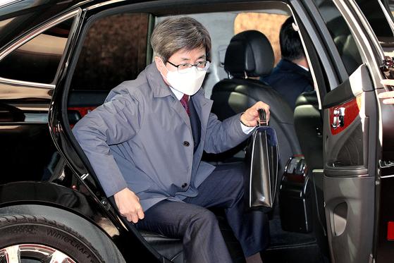 김명수 대법원장이 9일 오전 서울 서초구 대법원으로 출근하고 있다. 뉴스1