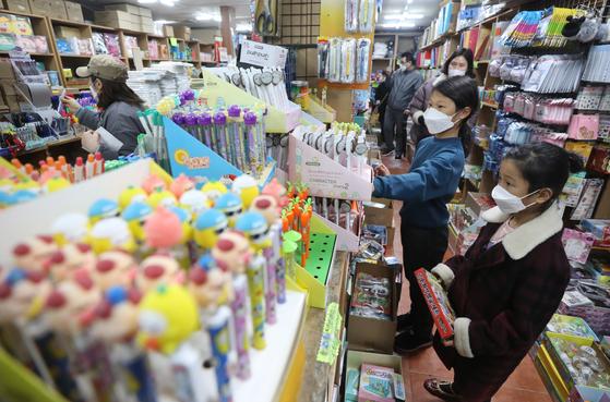 새학기 등교를 하루 앞둔 지난 1일 서울 종로구 창신동 문구거리에서 학부모들이 자녀와 함께 학용품을 고르고 있다. [뉴스1]