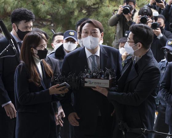 윤석열 검찰총장이 4일 오후 서울 서초동 대검찰청으로 들어가기 전 입장을 밝힌 뒤 청사로 들어오고 있다. 임현동 기자