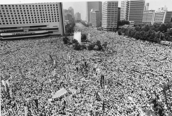 1987년 6월 항쟁 당시 서울시청 앞 광장에서 열린 고 이한열군 추모식 모습. 중앙포토