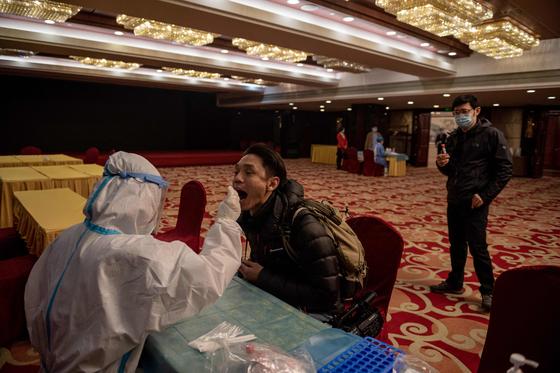 3일 베이징의 한 호텔에서 PCR 검사를 하고 있는 모습이다. 연합뉴스