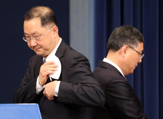 4일 브리핑 중 자리를 바꾸는 신현수 전 민정수석(오른쪽)과 김진국 신임 수석. [청와대사진기자단]