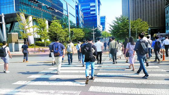 경기도 신분당선 판교역에서 판교테크노밸리를 향해 직장인들이 출근하고 있다. 대학 캠퍼스처럼 대부분 캐주얼 차림이 많다. [중앙포토]