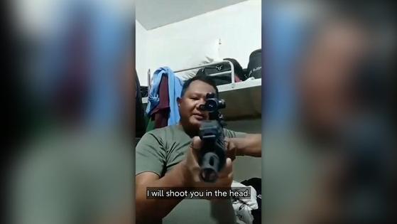 """한 미얀마 군인이 중국 동영상 공유 앱을 통해 시위대에 살해 협박을 하는 모습. 하이케 아웅 MIDO 사무총장은 """"군인과 경찰이 만든 위협하는 동영상이 수백개 있다""""고 말했다. [트위터 캡처]"""