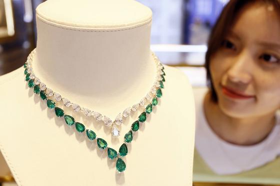 갤러리아백화점은 서울 강남구 압구정동 명품관에서 지난해 8월 26일 '그라프'의 전세계에 단 한 점뿐인 '화이트 다이아몬드와 에메랄드 페어쉐이프 넥클리스'를 선보였다. 뉴스1