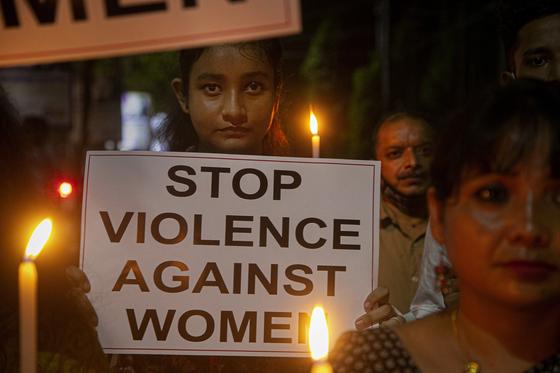 지난해 10월 인도의 한 여성이 여성 대상 폭력에 반대하는 플래카드를 들고 있다. AP=연합뉴스