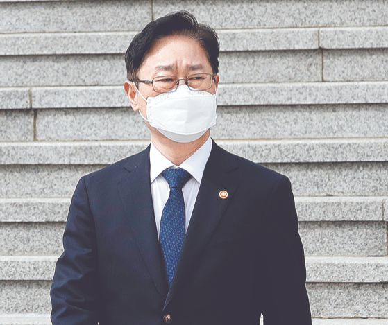 박범계 법무부 장관이 4일 오후 경기도 과천시 정부과천청사를 나서고 있다. [뉴스1]