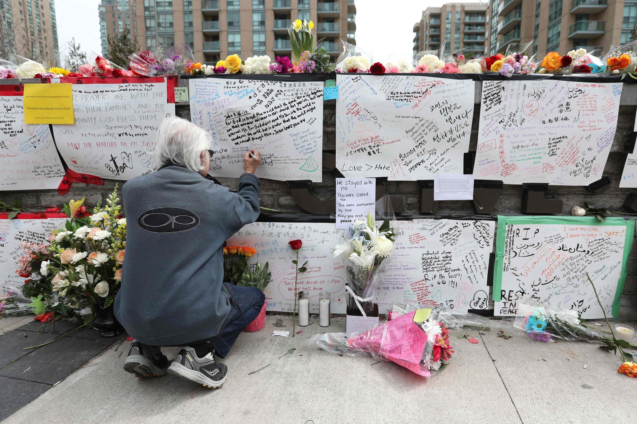 지난 2018년 4월 캐나다 토론토 한 번화가에서 한 시민이 미나시안의 트럭 돌진 사건으로 숨진 희생자들을 추모하고 있다. AFP=연합뉴스