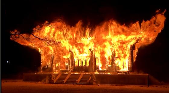 5일 오후 6시 50분께 전북 정읍시 내장사 대웅전에서 불이 나 불꽃이 치솟고 있다. [전북소방본부 제공]