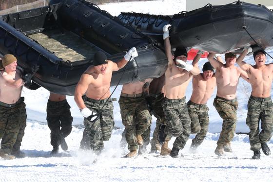 2017년 1월 한미해병대원이 강원도 황병산 산악 종합훈련장에서 보트를 머리에 이고 달리는 훈련을 하고 있다. 중앙포토