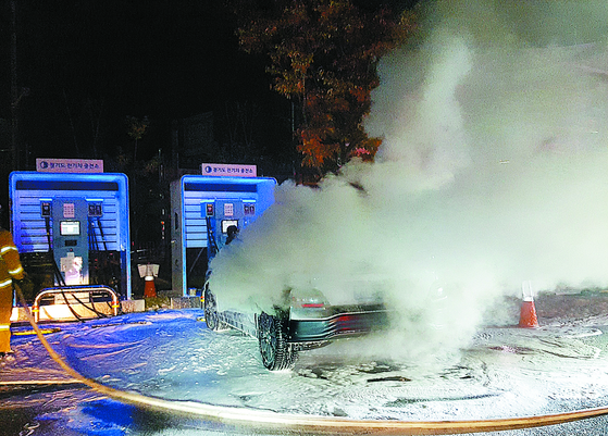 지난해 10월 경기도의 한 주차장에서 배터리 충전 중이던 코나 전기차(EV)에서 화재가 발생했다. [연합뉴스]