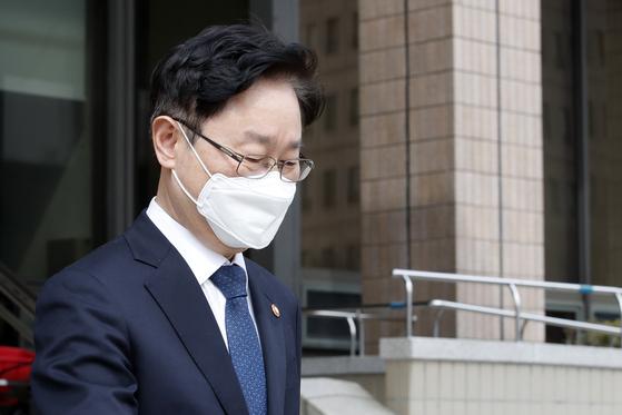 박범계 법무부 장관이 지난 4일 오후 경기 과천정부청사에서 발걸음을 옮기고 있다. 뉴스1