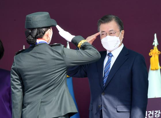 문재인 대통령이 5일 대전광역시 국군간호사관학교에서 열린 제61기 졸업 및 임관식에서 졸업생도와 경례하고 있다. 청와대사진기자단