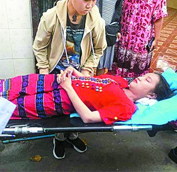 군경의 총격에 사망한 다음 날인 4일 장례식에서 아웅산 수지가 이끄는 민주주의민족당 의 상징색인 붉은 수의를 입은 치알 신. [트위터 캡처]