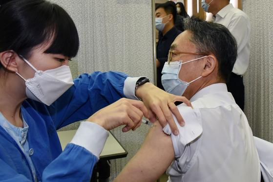 서울대학교병원 코로나19백신 자체접종이 4일 오전 서울 종로구 대학로 서울대병원에서 열렸다. 의료진이 아스트라제네카 백신접종을 받고 있다. 사진공동취재단