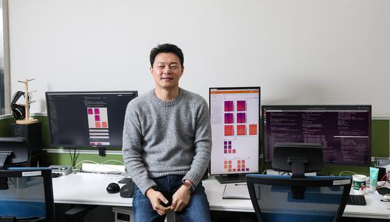 이교구 서울대 교수는 지난해 AI를 활용한 음성합성기술을 앞세운 스타트업을 창업했다. 쉬운 말로 노래하는 AI를 만든 것이다. 엔터업계 러브콜이 쏟아졌는데, 최근 빅히트가 40억원을 투자했다.우상조 기자