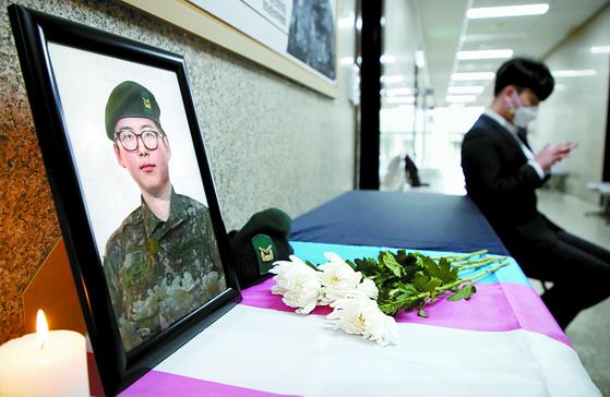 변희수 전 육군 하사의 사망 소식이 전해진 4일 서울 여의도 국회 정의당 대표실 앞에 변 전 하사의 추모공간이 마련돼 있다. [뉴스1]