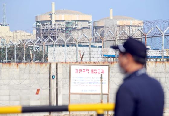 경주시 양남면 월성원자력발전소에 가동이 정지된 월성 1호기(오른쪽). 연합뉴스