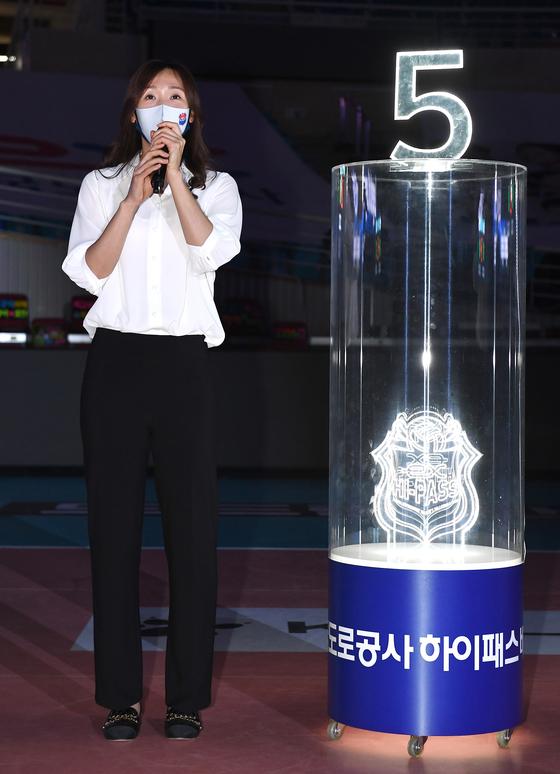 은퇴식 및 영구결번식에서 소감을 밝히는 이효희 코치. [사진 한국배구연맹]