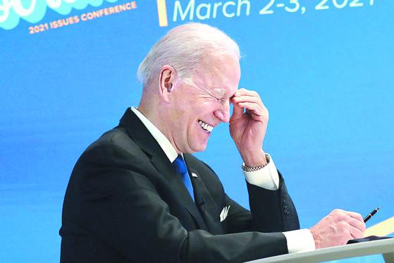 조 바이든 미국 대통령이 3일(현지시간) 백악관에서 민주당 하원의원들과 화상 만남을 갖던 도중 크게 웃고 있다. [UPI=연합뉴스]