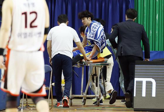 삼성 김시래가 종아리 부상으로 최소 4주 동안 전력에서 이탈한다. 사진은 지난 2일 KT전 4쿼터 부상으로 교체되고 있는 김시래. 연합뉴스 제공