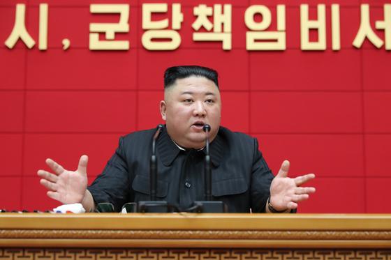 북한이 3일에 이어 4일에도 시·군 당 책임비서 강습회를 진행했다. 김정은 국무위원장은 강습회에 참석해 먹는 문제 해결과 사상 무장을 강조했다고 노동신문이 5일 전했다. [뉴스1]