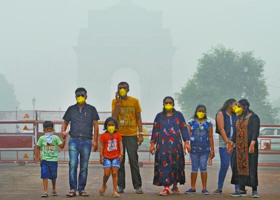 2019년 11월 미세먼지 오염이 극심한 인도 뉴델리 시내 인디아 게이트 앞에서 시민들이 마스크를 쓰고 있다. 미국 스탠퍼드 대학 연구팀은 어린 시절 대기오염에 노출돼 DNA가 변형되면 성인이 된 후에도 영향을 받을 가능성이 있다는 연구 결과를 발표했다. [신화=연합뉴스]