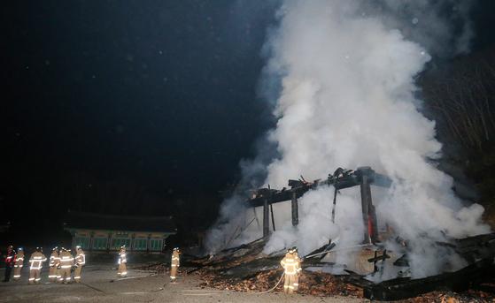 5일 오후 9시께 전북 정읍 내장사 대웅전이 뼈대만 남은 채 연기가 치솟고 있다. 프리랜서 장정필