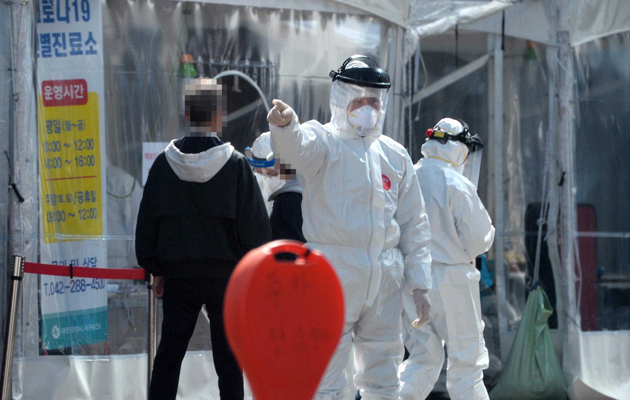 신종 코로나바이러스 감염증(코로나19)이 확산하고 있는 가운데 5일 대전의 한 보건소 코로나19 선별진료소에서 의료진들이 방문한 시민들을 검사하고 있다. 중앙포토