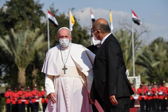 프란치스코 교황(왼쪽)과 바흐람 살레 이라크 대통령. EPA=연합뉴스