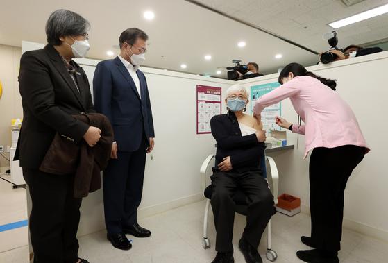문재인 대통령이 지난달 26일 서울 마포구보건소에서 코로나19 백신 접종을 참관하고 있다. 뉴시스